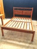 cod 09 cama tamanho padrão 1.88 x 1.38 almofadada com detalhe de metal