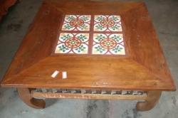mesa de centro de 80 x 0,80 com ladrilho e detalhe em metal nas laterais cod 29