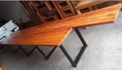 mesa maciça de 5,75 x 1 com pés de metalon  cod 73