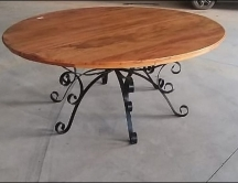 mesa de 1,80 x 1,80 em peroba rosa , com pés trabalhado em ferro cod 72